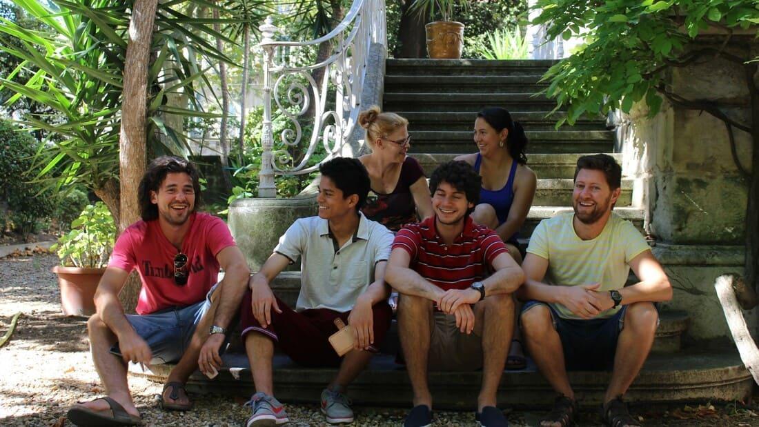 Amigos em programas de imersao francesa em França